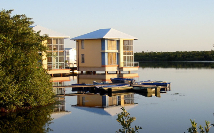 Если иметь дом на воде, то налог на недвижимость платить не надо. | Фото: ua.all.biz