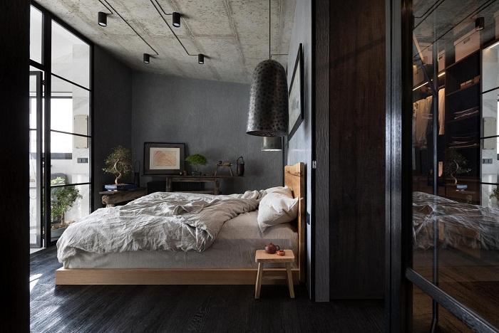 Интерьер одной из спален квартиры (Wabi Sabi Apartment).