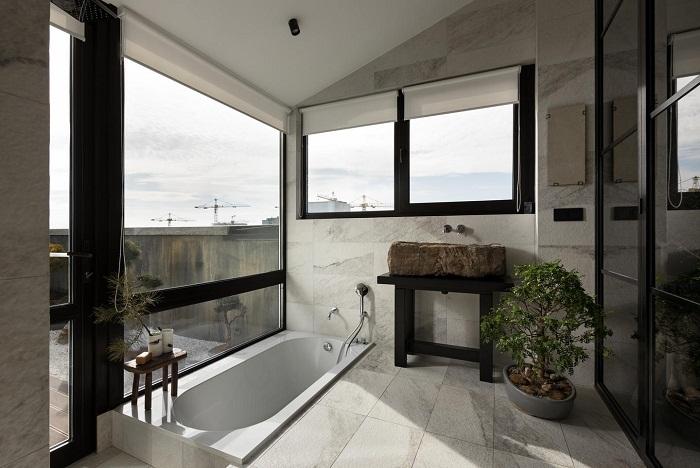 Одна из ванных комнат имеет прекрасный вид из панорамных окон (Wabi Sabi Apartment).
