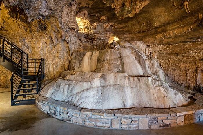 Интерьер не нарушил природную красоту пещеры.