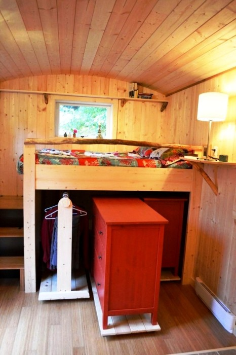 Под высоким подиумом можно расположить кладовую и гардероб. | Фото: roomble.com.