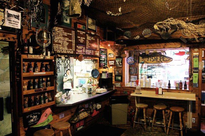 В местное кафе  можно прийти в любое время суток в пижаме и тапочках (Уиттиер, Аляска). | Фото: topvoyager.com.
