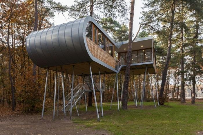 Конструкцию TREEHOUSE удерживают 19 стальных свай и несколько тросов (Бельгия). | Фото: karmatrendz.wordpress.com.