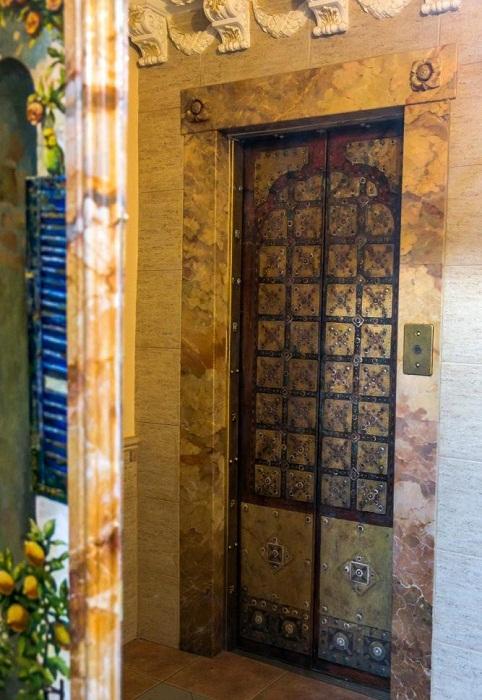 И даже лифт оформлен как дверь венецианского замка.