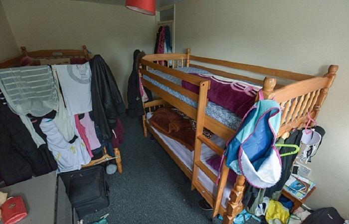 Одна из спален в «худшем месте, где они когда-либо жили».