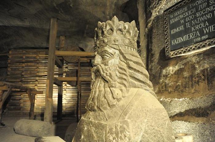 Бюст Казимира Великого в соляной шахте.