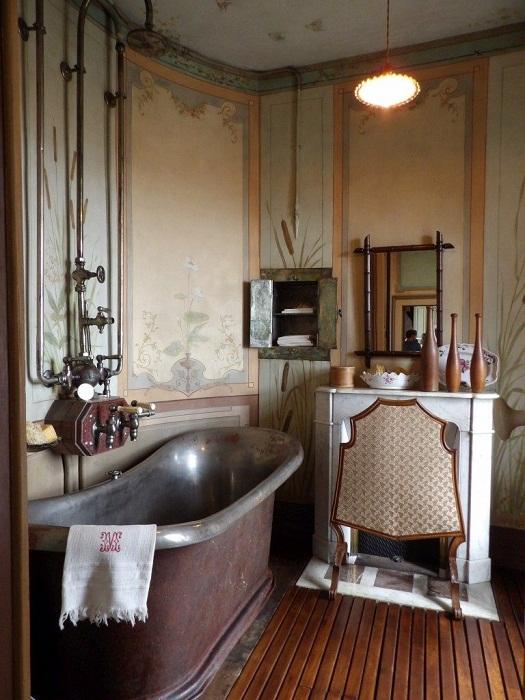 Ванна и душ в загадочном доме.