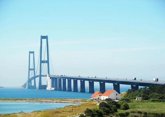 Мост Ран Янг перекинут через реку Янцзы (Китай).
