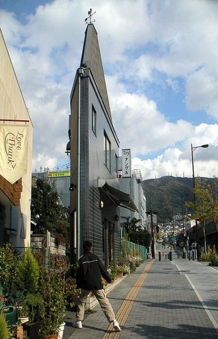 Необычной формы узкое здание в японском городе Осаке.