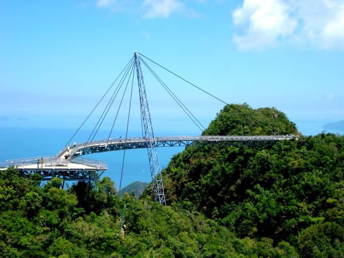 Самый высокий одноопорный пешеходный мост в мире («Небесный мост», Малайзия). | Фото: batona.net.