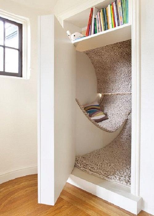 Так можно организовать место для отдыха даже в миниатюрной потайной комнате.