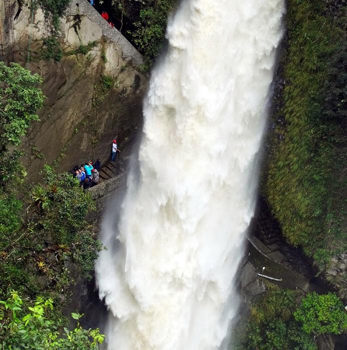 Водопад (Pailon del Diablo) можно увидеть изнутри.