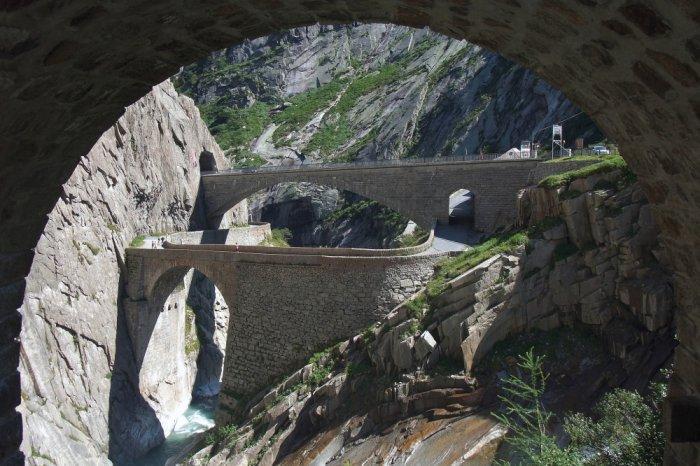 Уникальная конструкция моста Teufelsbrиcke над ущельем Шёлленен (Швейцария).