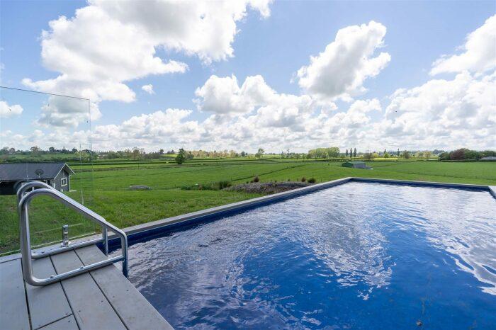 Во дворе создали открытый бассейн с зоной отдыха. © Trade Me.