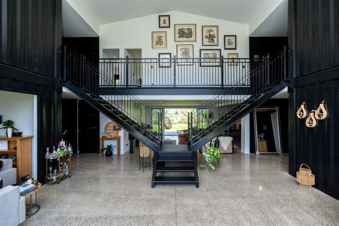 Массивная металлическая лестница ведет на второй этаж. © Trade Me.