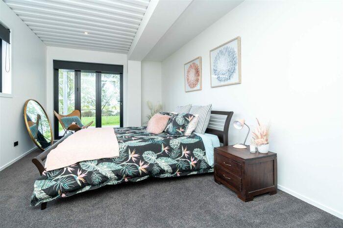 Одна из гостевых спальных комнат контейнерного дома. © Trade Me.