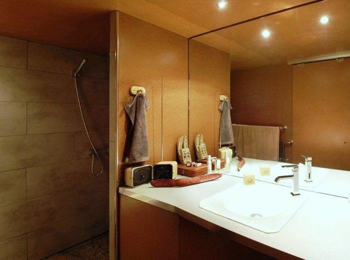 Внутри модульной системы нашлось место и для ванной комнаты. | Фото: bugaga.ru.