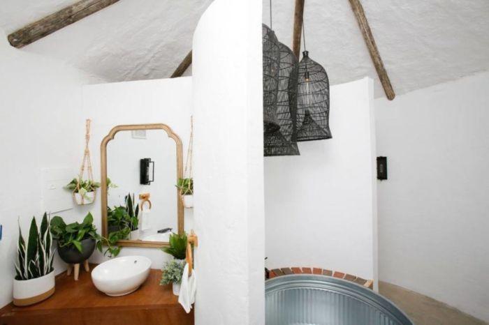 В ванной комнате разместили не только банные принадлежности, но и живые цветы («Big Idaho Potato Hotel», Айдахо). | Фото: e1.am.phnx.pics.