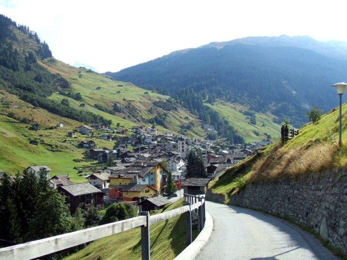 Чтобы стать жителем деревни, надо выполнить ряд условий (Альбинен, Швейцария). | Фото: liveinternet.ru.