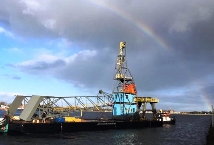 После реконструкции списанный башенный кран был снова установлен в порту (Амстердам, Yays Crane Apartment). | Фото: servicedapartmentnews.com.