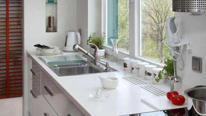 Вентиляционные решетки для радиатора в столешнице кухни должны быть обязательно. | Фото: remont-volot.ru.