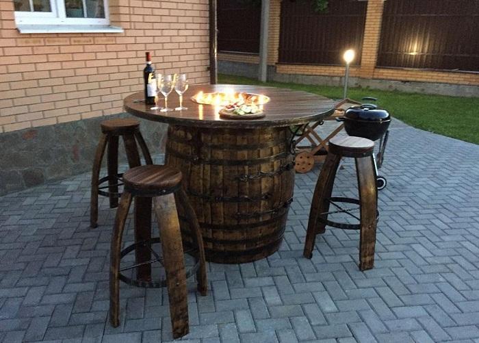 За таким столом приятно будет поужинать даже на улице.