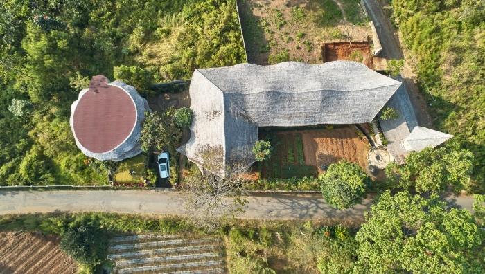 В качестве кровельного покрытия авторы проекта использовали сухие листья нипа и гидроизоляционную мембрану. | Фото: archdaily.com.
