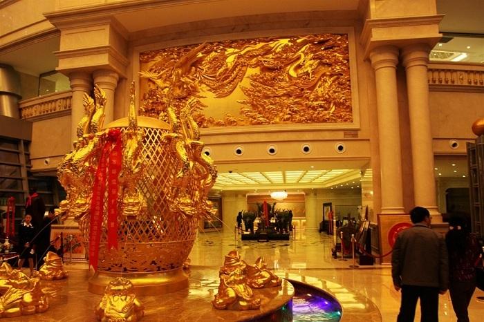 Золотые фонтаны украшают интерьер небоскреба (Хуаси, Китай).