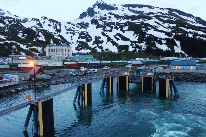 Суровая жизнь крошечного города, в котором 5 месяцев нет солнца (Уиттиер, Аляска). | Фото: topvoyager.com.