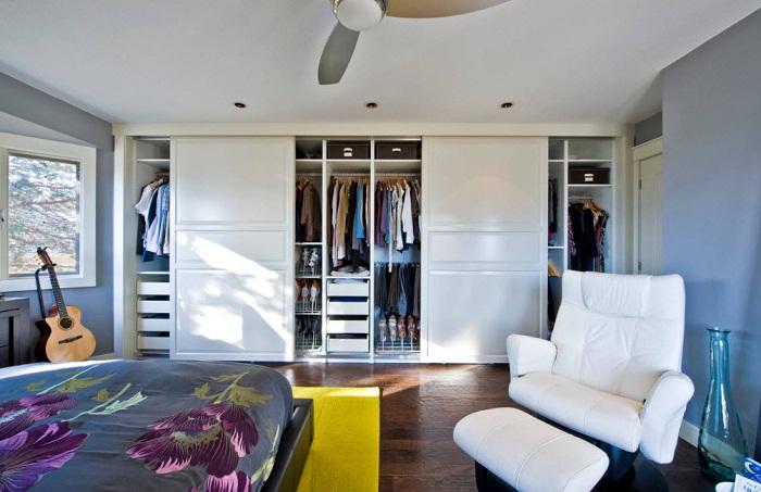 Если не получается организовать гардеробную то лучше выбрать незаметные шкафы-купе.