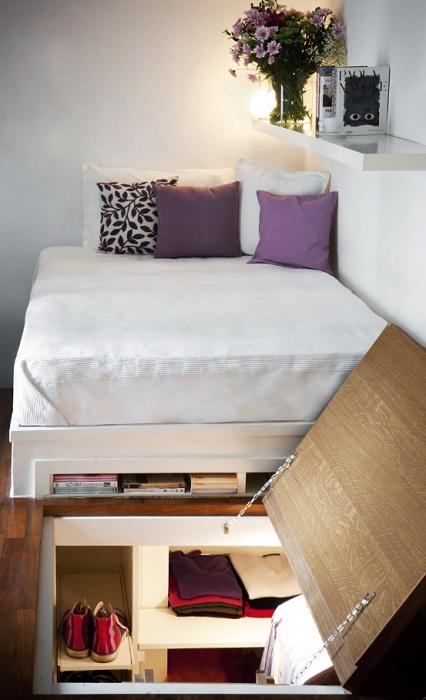 Скрытая гардеробная комната по кроватью — очень рациональное использование всей площади жилья.