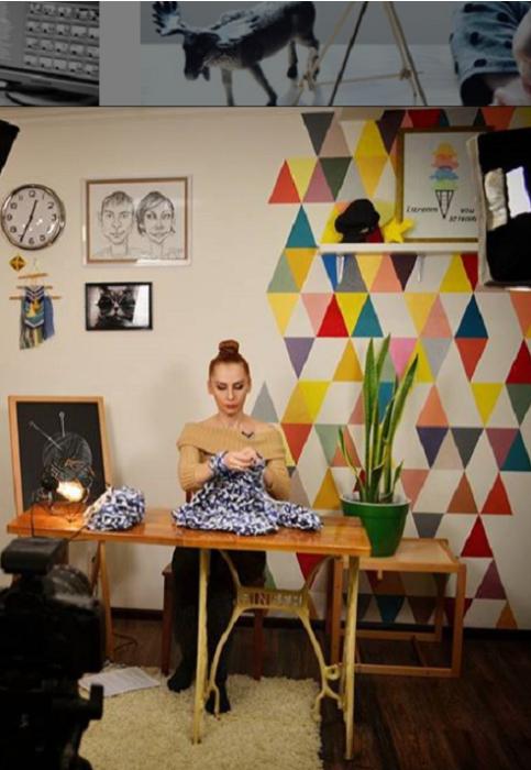 Столик, переделанный из ножек под швейную машинку – неизменный атрибут проводимых мастер-классов Оксаны. | Фото: instagram.com/ oksanamatyash.