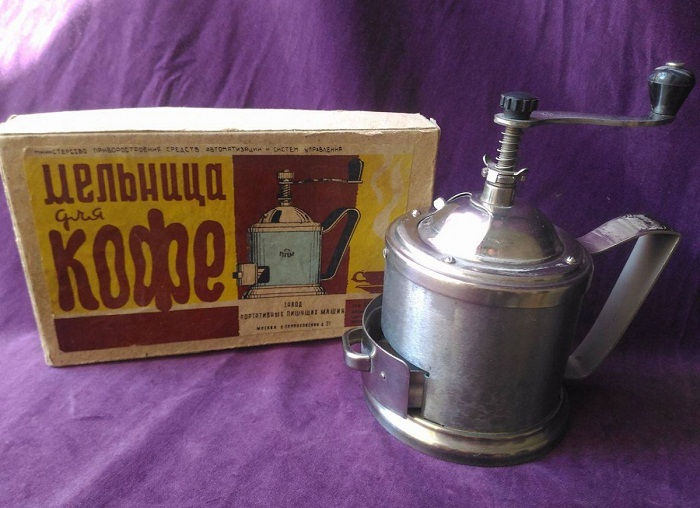 Ручная кофемолка-мельница.