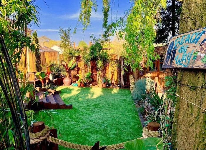 Зеленая лужайка стала излюбленным местом прогулок их собаки. | Фото: dailymail.co.uk.