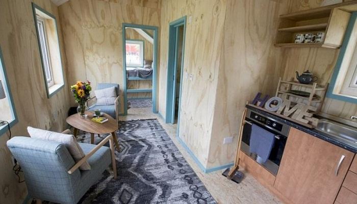 Интерьер маленького коттеджа в деревне, построенной для бездомных людей (Social Bite Village в Грантон).