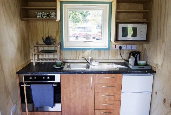 В кухне есть все необходимое для приготовления пищи (Social Bite Village).