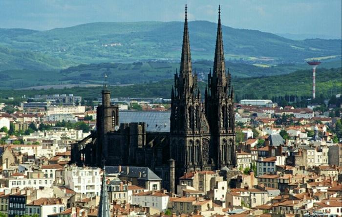 Кафедральный собор Notre Dame de l'Assoption, расположенный в Клермон-Ферран (Франция). | Фото: pikabu.ru.