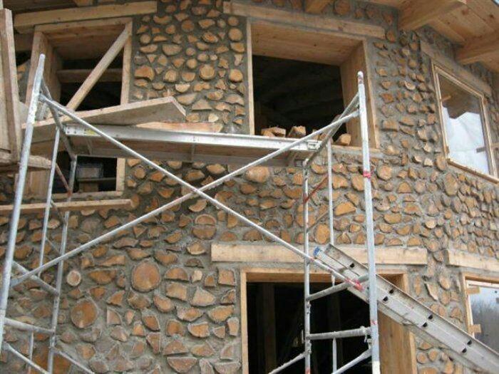 При строительстве можно использовать срезы дерева разного диаметра и формы.