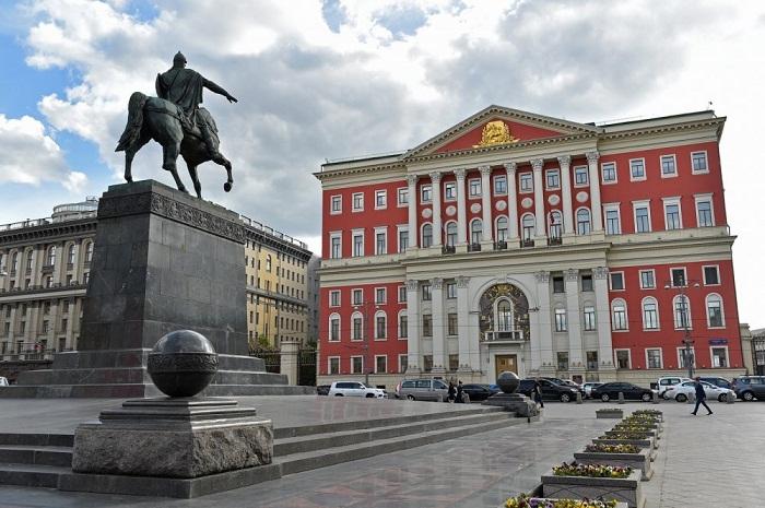 Теперь в перемещенном старинном особняке находится Правительство Москвы. | Фото: depositphotos.com.