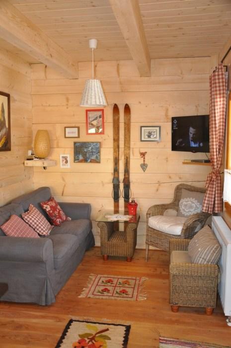 Маленькая, но уютная гостиная в бревенчатом домике «Stunning Gate Lodge». | Фото: stiri.magazinuldecase.ro.