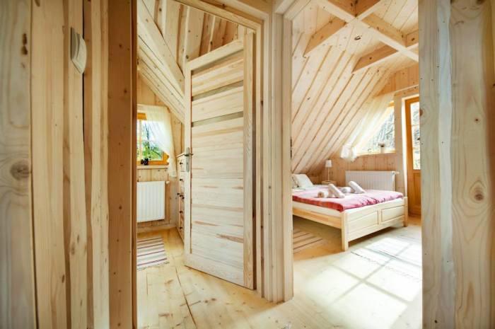 В маленьком бревенчатом доме обустроили 2 спальных комнаты («Stunning Gate Lodge»). | Фото: stiri.magazinuldecase.ro.