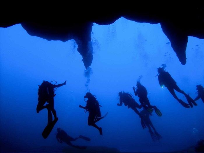Погружение дайверов в глубины необыкновенной Голубой дыры.