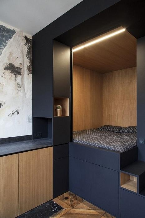 Фасад черного матового дерева гармонично сочетается со светлой внутренней отделкой стен (Проект Batiik Studio). | Фото: cpykami.ru.
