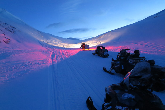 Любителей экстрима и желающих увидеть Северное сияние в поселок доставляют на снегоходах (Пирамида, Архипелаг Шпицберген).