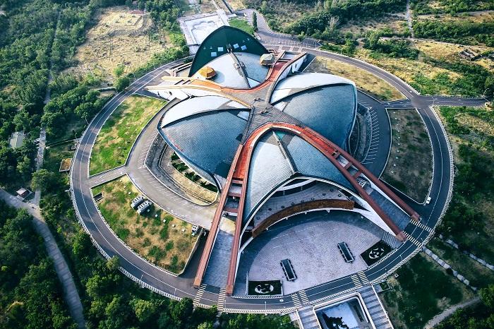 Фантастический вид сверху на здание спортивного комплекса в Ереване.