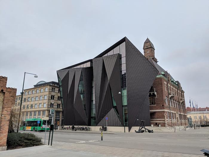 Бывают и такие странные сочетания современного дома-оригами со старинной архитектурой (Мальмё, Нидерланды). | Фото: pikabu.ru.