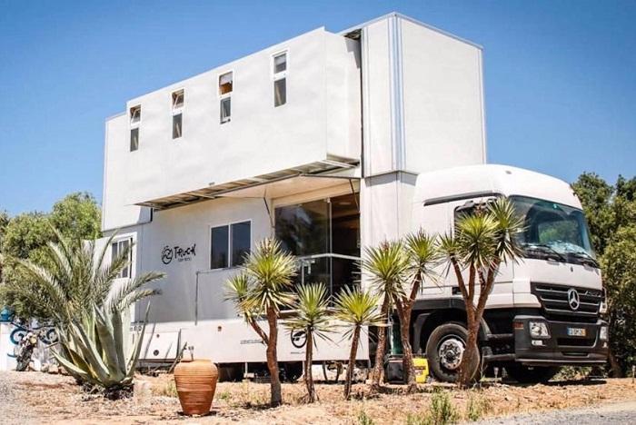 Обычный грузовик превратили в комфортабельный отель.