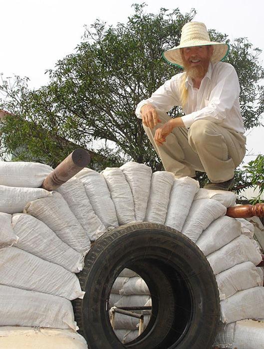 Для оформления арки можно использовать автомобильную шину.