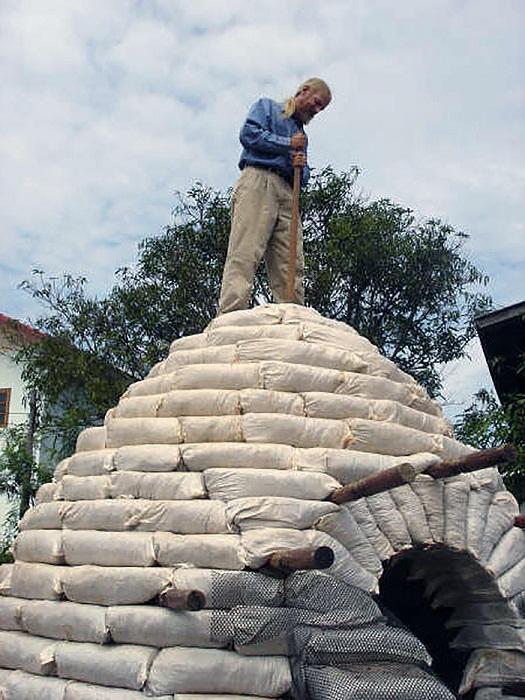 Мешки надо укладывать так, чтобы образовался купол.