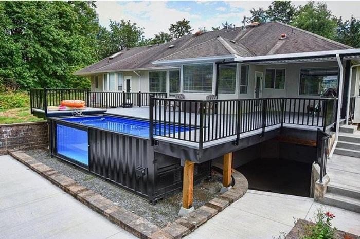 Необычное решение установки бассейна в загородном доме.